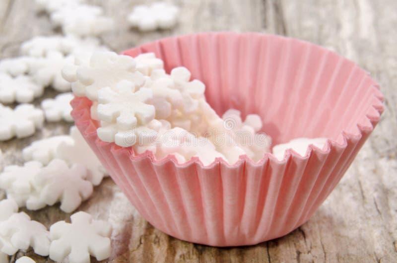 Mini różowa babeczki skrzynka z białego cukieru płatkami zdjęcie royalty free