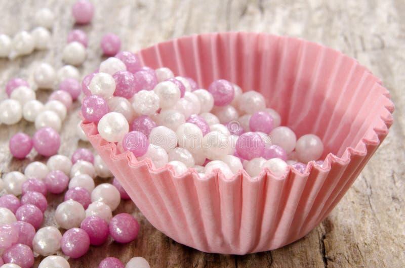 Mini różowa babeczki skrzynka z perłami fotografia stock
