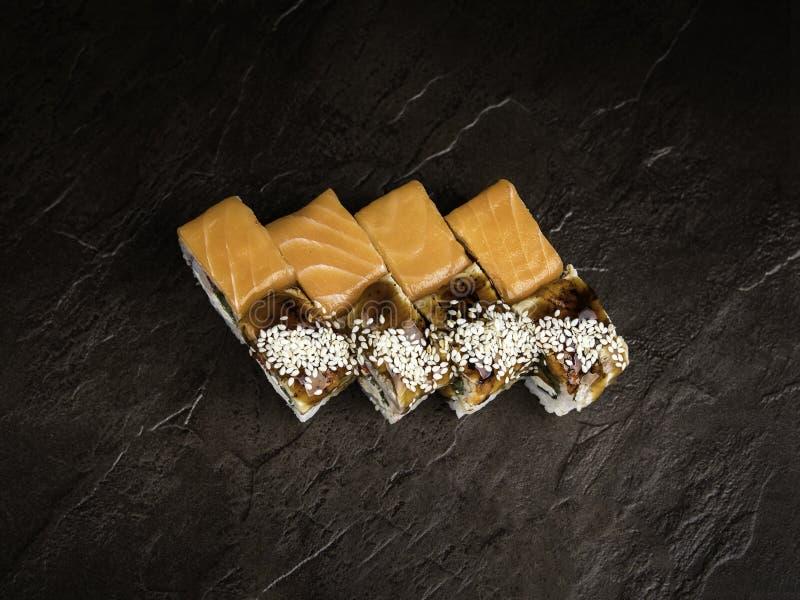 Mini-reeks van twee types van broodjes in de Japanse stijl op een donkere hoogste mening als achtergrond stock afbeeldingen