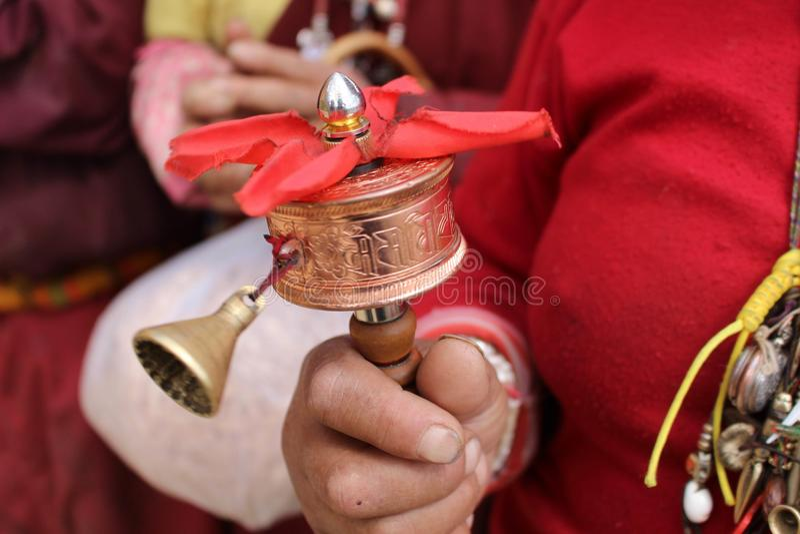 A mini roda de oração tibetana, usada por um peregrino Profundamente religio fotos de stock