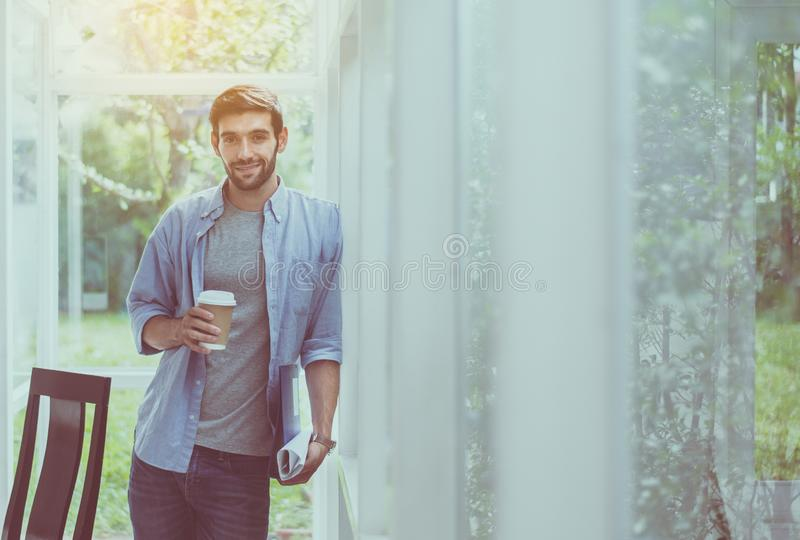 Mini rottura dell'uomo caucasico dell'architetto e mano che tengono i vetri di caffè all'ufficio moderno, felice ed a sorridere immagini stock