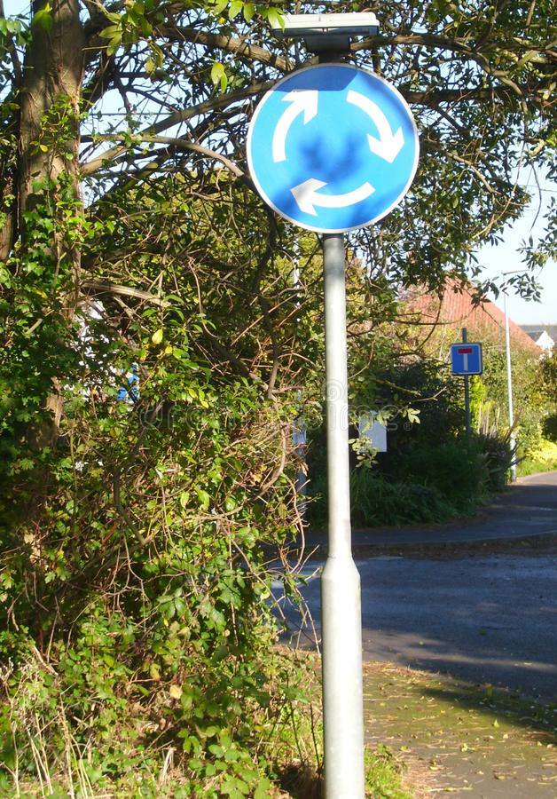 Mini Roundabout Sign United Kingdom in einer städtischen Landschaft stockfoto