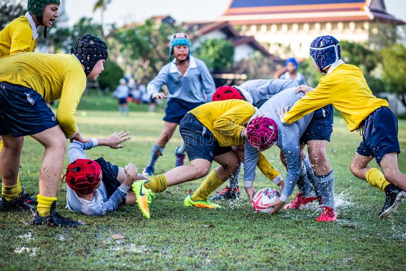 Mini Rugby-Match mit Jungenspieler lizenzfreie stockfotografie