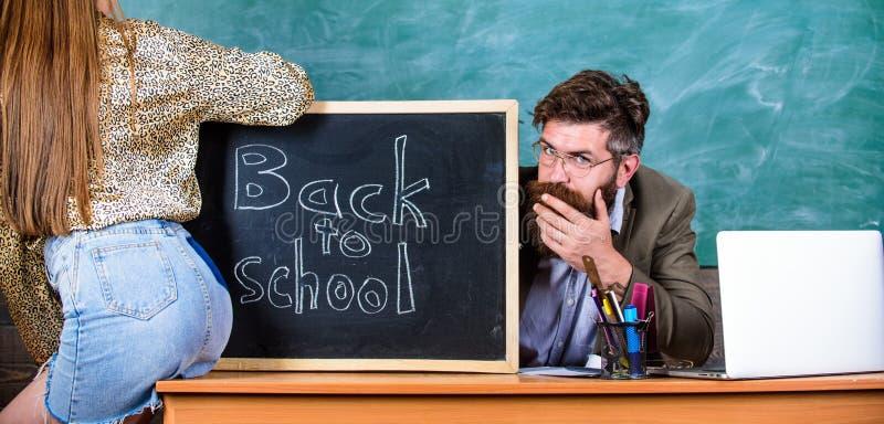 A mini saia do estudante com nádegas 'sexy' seduz o professor Quebrando regras Regras da disciplina do comportamento da escola Pr imagem de stock