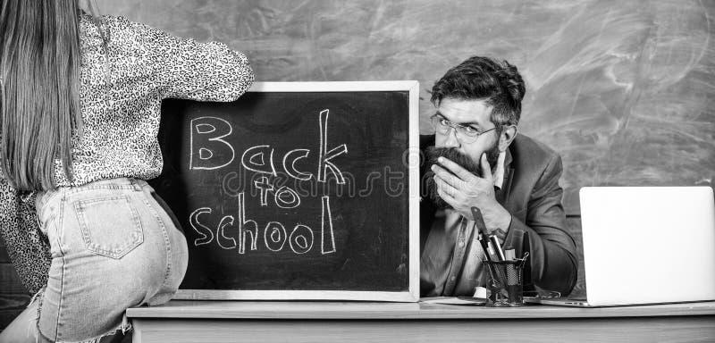 A mini saia do estudante com n?degas 'sexy' seduz o professor Quebrando regras Regras da disciplina do comportamento da escola Pr imagens de stock royalty free
