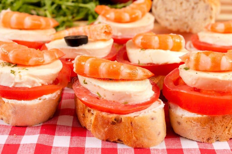Mini sandwich con i gamberetti immagine stock