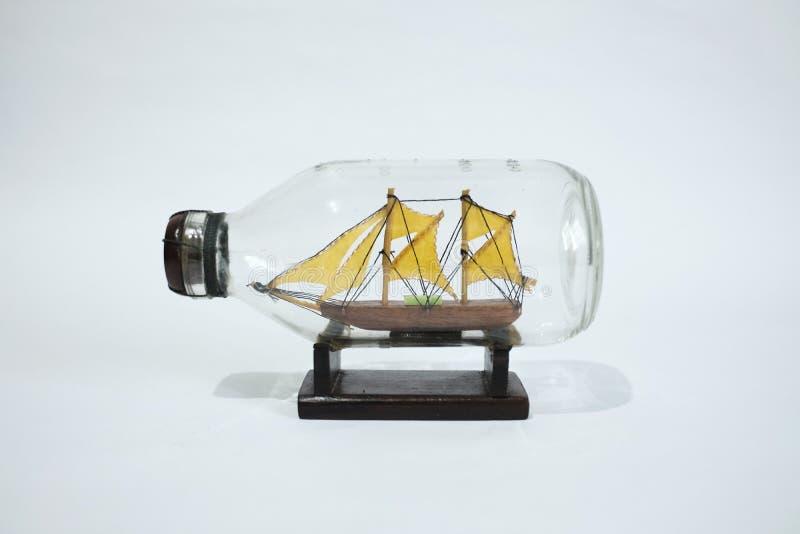 Mini-segelbåt i flaskan royaltyfri bild