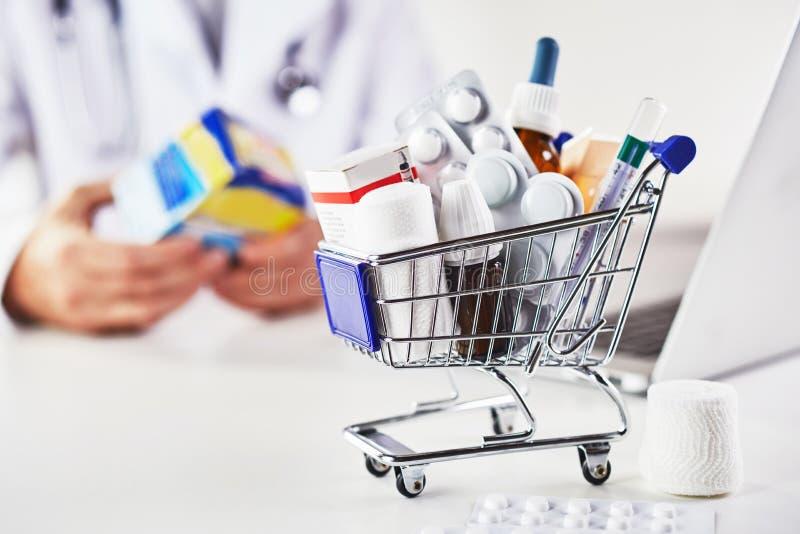 Mini- shoppingvagn mycket av mediciner i apotek arkivbild