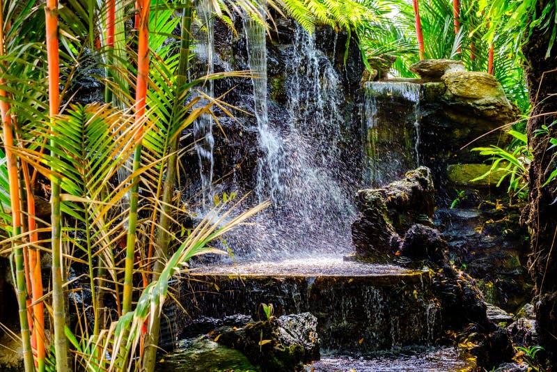 Mini siklawa przy ogródem dla relaksu jako dekoracja w o zdjęcie stock