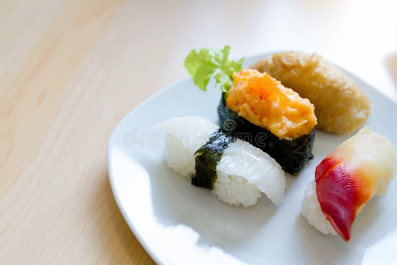 Mini sistema del sushi en una placa blanca imágenes de archivo libres de regalías