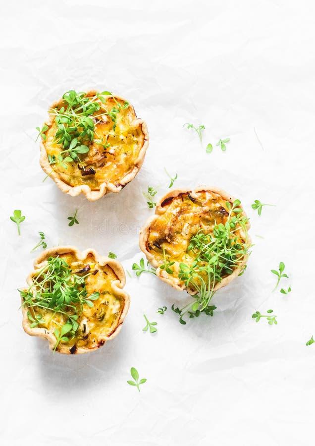 Mini smakelijke pastei met kip, prei, kaas op lichte achtergrond, hoogste mening Heerlijk voorgerecht, snack, ontbijt stock foto