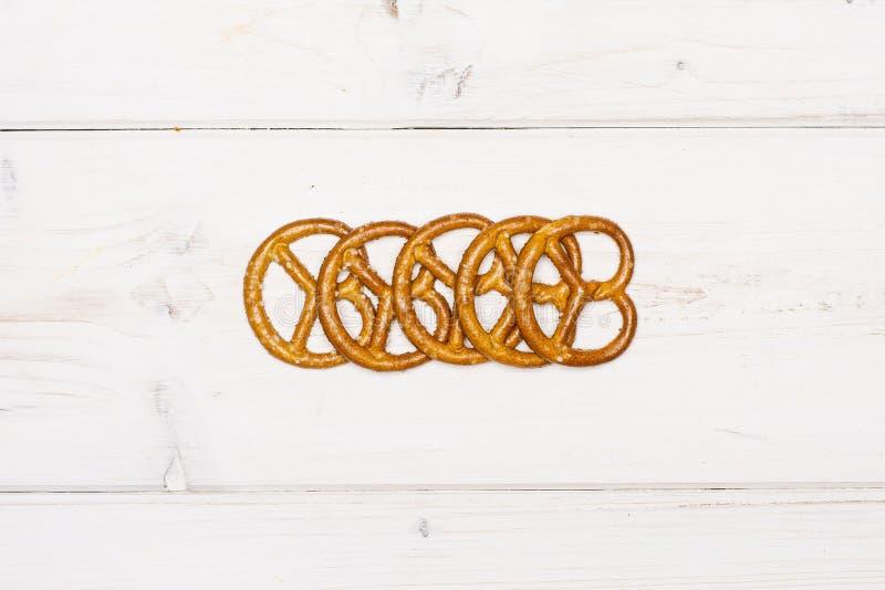 Mini soleni precle na popielatym drewnie fotografia royalty free
