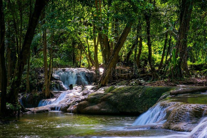 Mini- soliga strålar för vattenfall och för solnedgång, loppdestinationsbakgrund, Kroeng Krawia för skogviweflod vattenfall, Kanc royaltyfria foton