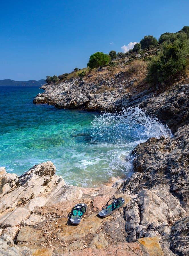 Mini- strand och att bläddra misslyckanden med en härlig sikt på ön av Kefalonia i det Ionian havet i Grekland royaltyfria bilder