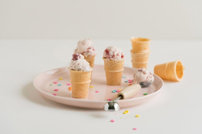 Mini Strawberry Ice Cream Cones na placa cor-de-rosa foto de stock
