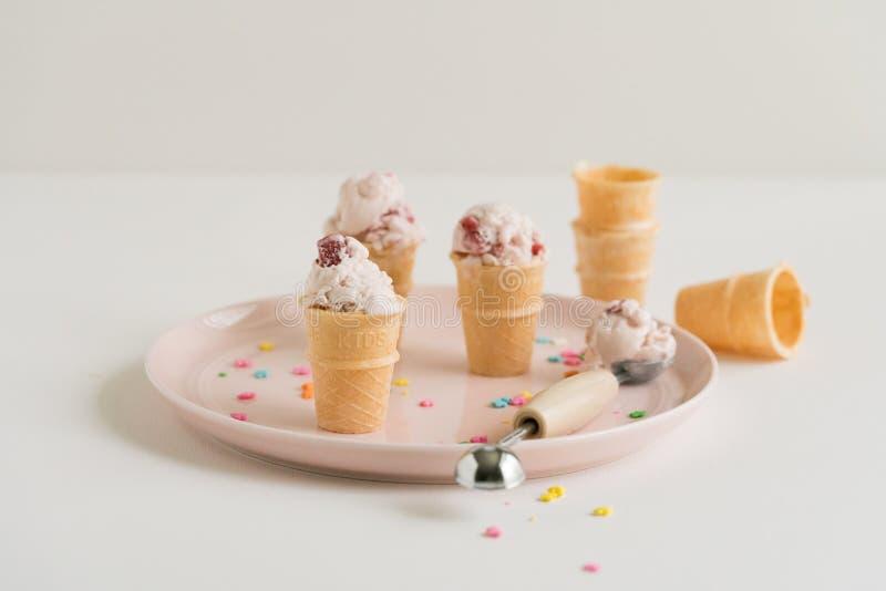 Mini Strawberry Ice Cream Cones sul piatto rosa fotografia stock