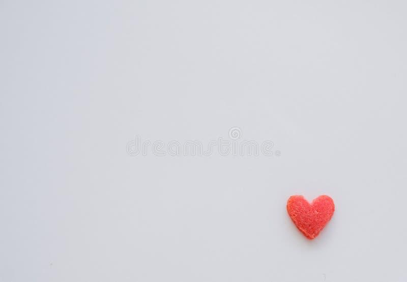 Mini sucrerie rouge de coeur sur le fond blanc photos stock