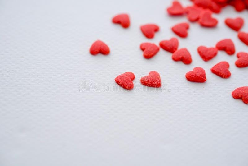 Mini sucrerie rouge en gros plan de coeurs sur le fond blanc images stock