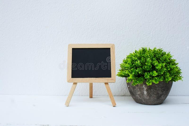 Mini tableau noir et plante verte artificielle pour la décoration intérieure images libres de droits