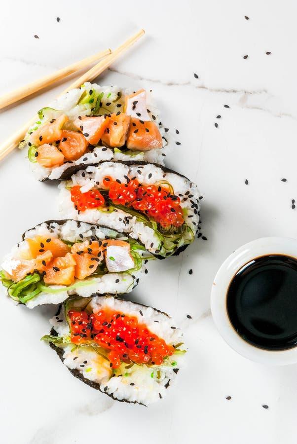 Mini tacos del sushi imagen de archivo