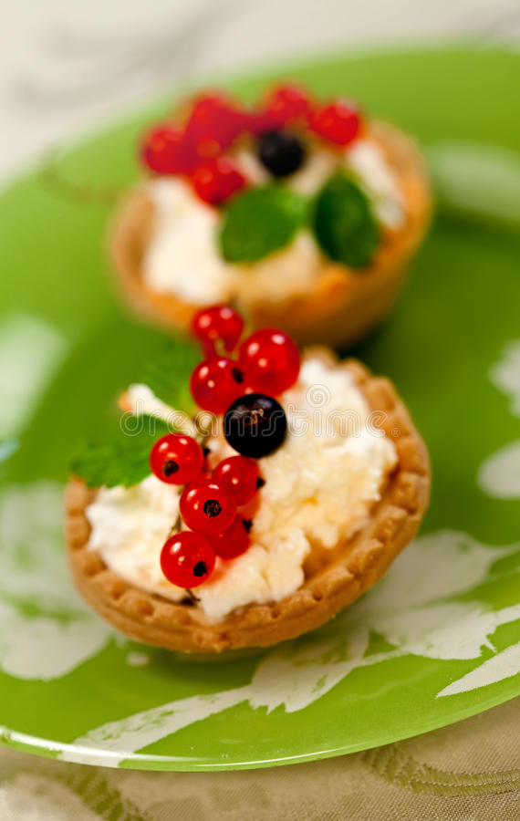 Mini tartas con queso y la pasa roja foto de archivo
