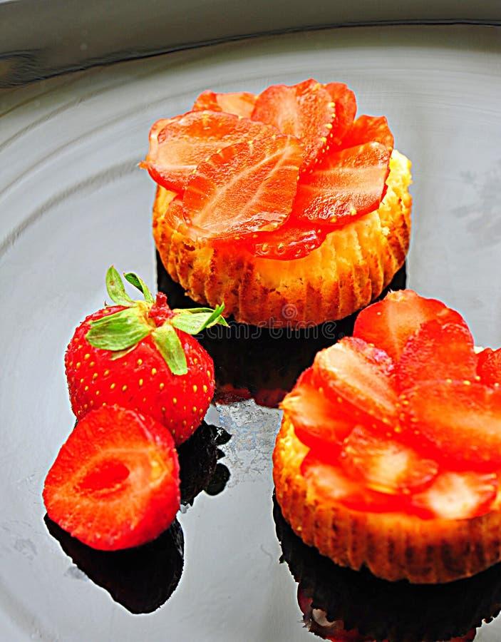 Mini tartas de los pasteles de queso de la fresa fotografía de archivo libre de regalías