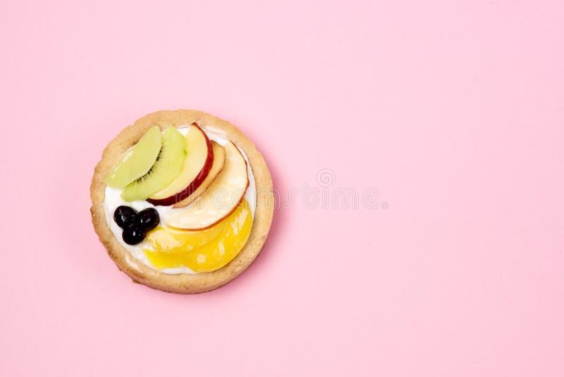 Mini tarte maison savoureuse à la Meringue italienne décorée de fruits et de roses de Berry Pièce d'identité Savoureux Dessert images stock