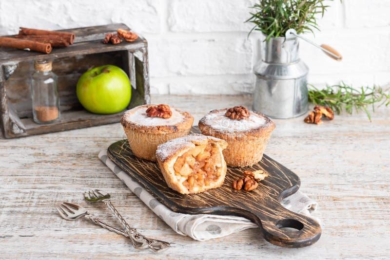 Mini-tarte sablé smerican traditionnel de pomme images stock