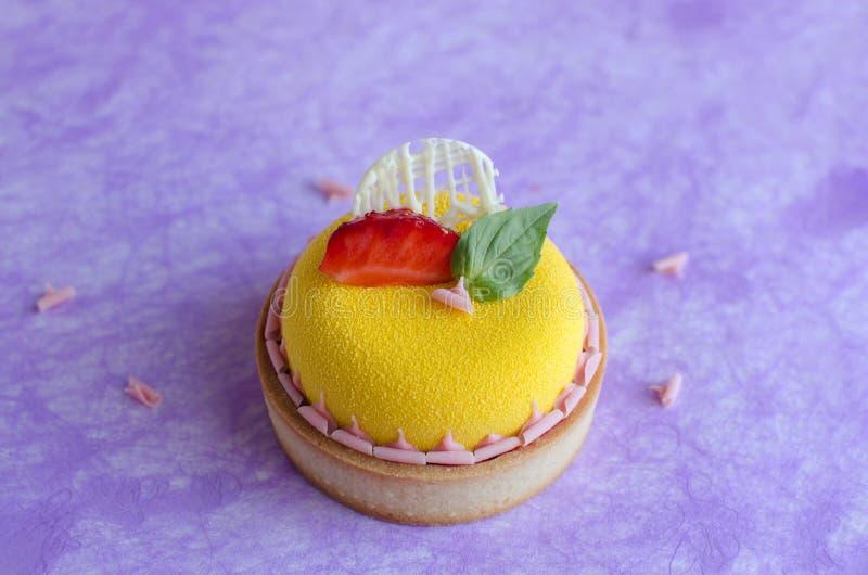 Mini tarte tropicale contemporaine de mousse images stock