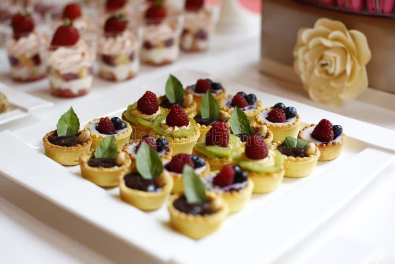 Mini tartes avec des fruits photo libre de droits