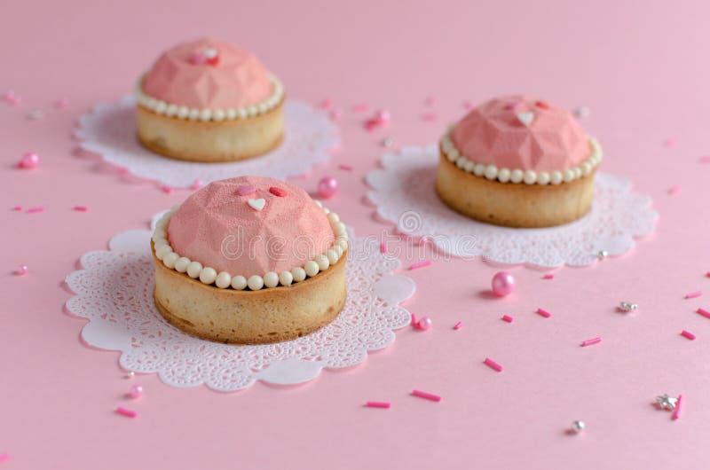 Mini tartes de mousse couvertes de jet rose de velours photos libres de droits