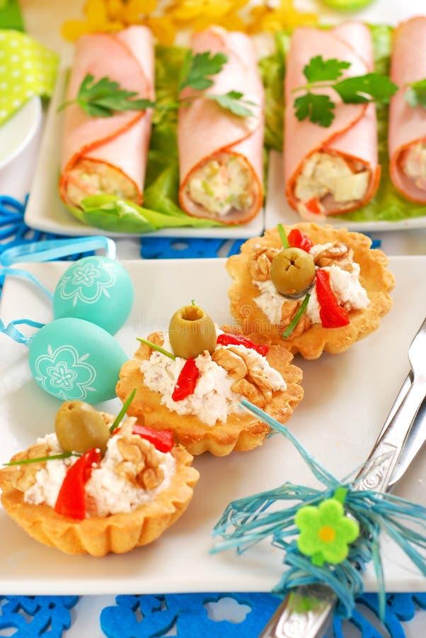Mini tartlets salados rellenos con queso y aceitunas de la nuez foto de archivo libre de regalías