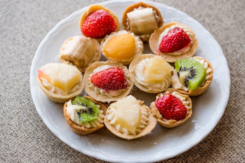 Mini Tarts, Tartolet of Tartlets met room en vers fruit royalty-vrije stock afbeeldingen