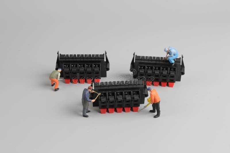 mini techniciens travaillant à l'arrangement d'amusement image stock