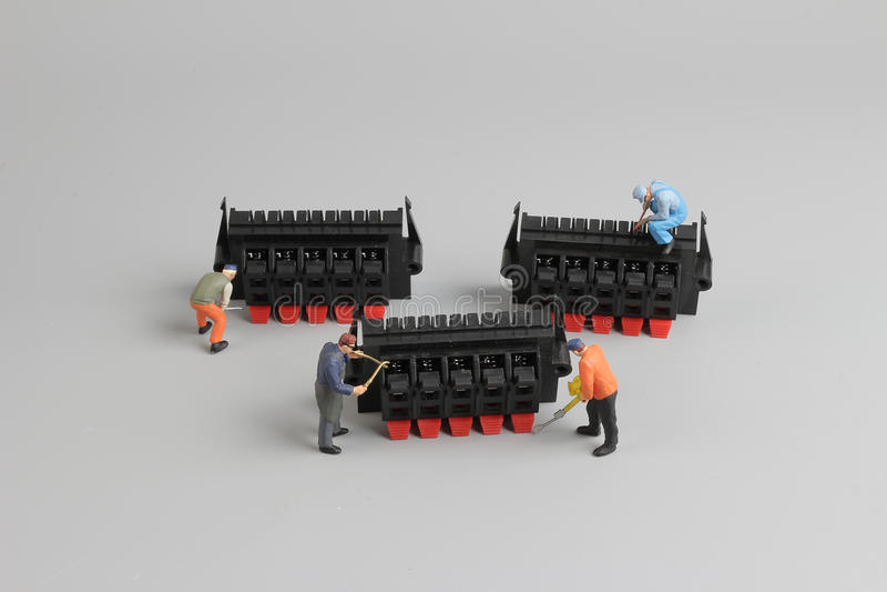 mini technicy pracuje na zabawy położeniu zdjęcia stock