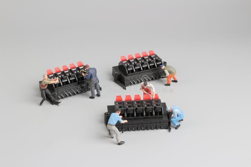 mini technicy pracuje na zabawy położeniu zdjęcie stock