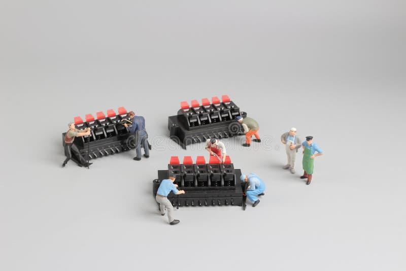 mini technicy pracuje na zabawy położeniu fotografia stock