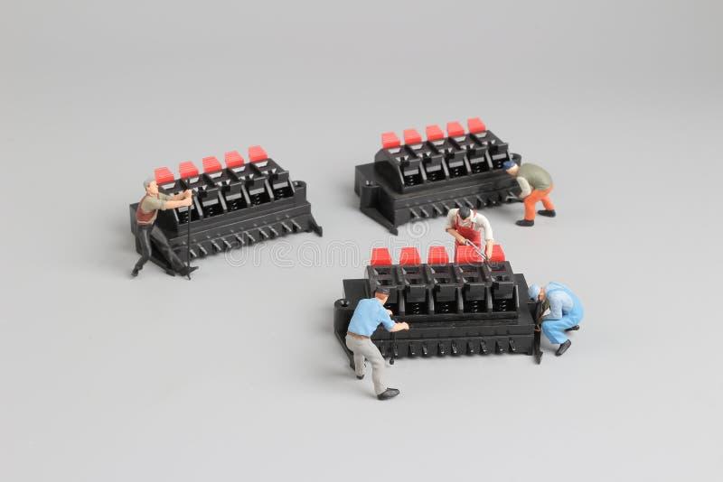mini- tekniker som arbetar på rolig inställning royaltyfria foton