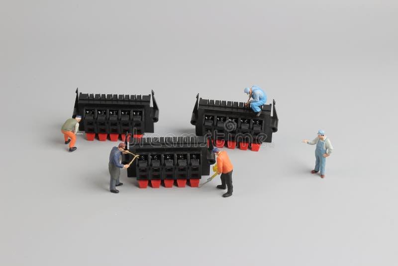 mini- tekniker som arbetar på rolig inställning arkivbild