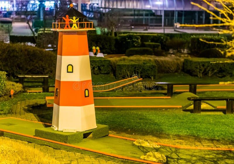 Mini terrain de golf avec un phare, sports récréationnels pour des adultes et enfants près de la plage photos stock