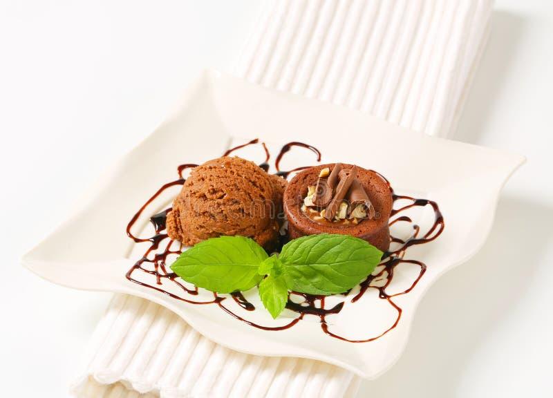Mini torta de la avellana del chocolate con helado fotografía de archivo