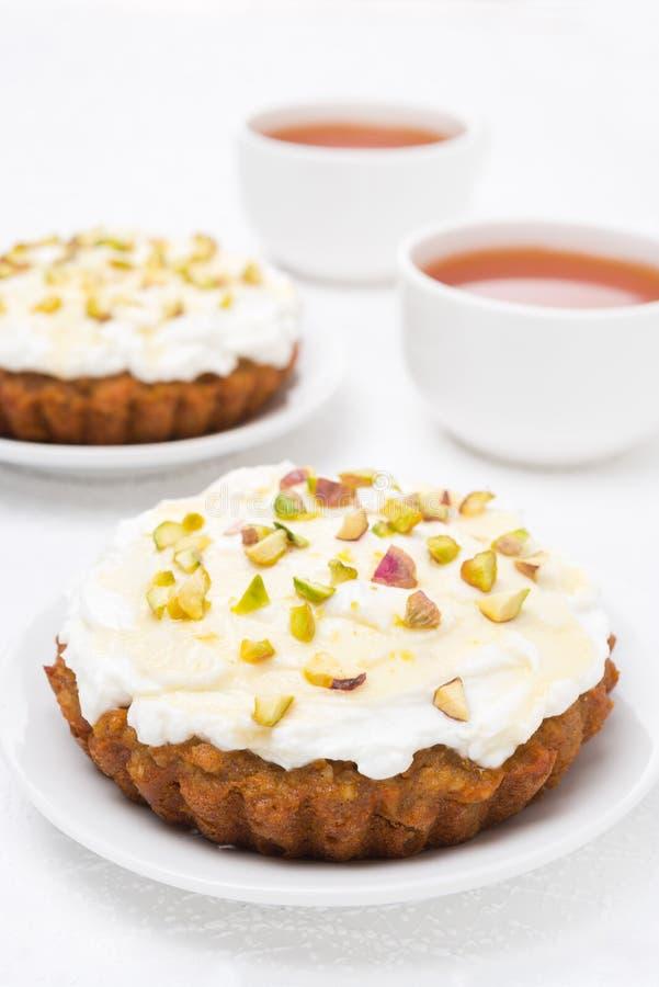 Mini torta de zanahoria con mascarpone, la miel, los pistachos y el té foto de archivo libre de regalías