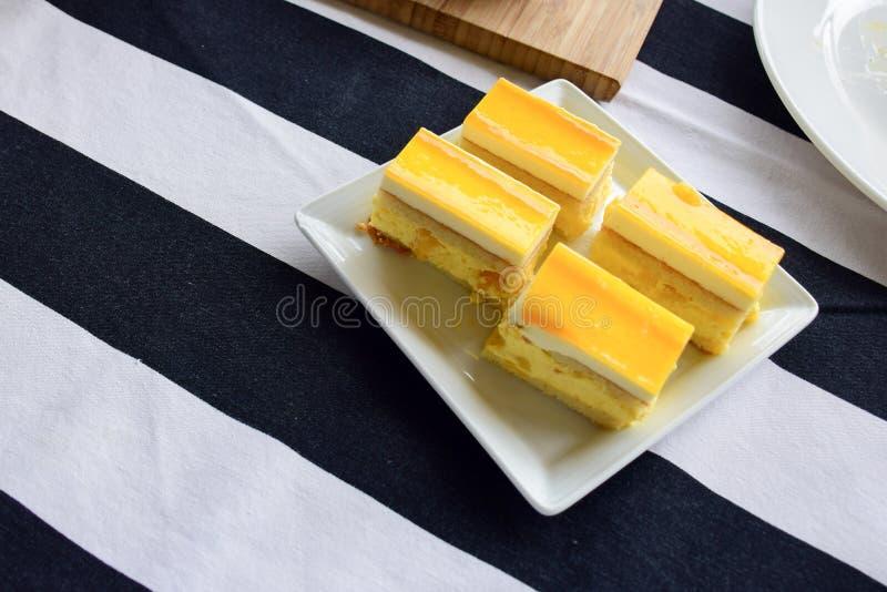 Mini torta di formaggio del limone su un piatto bianco immagine stock