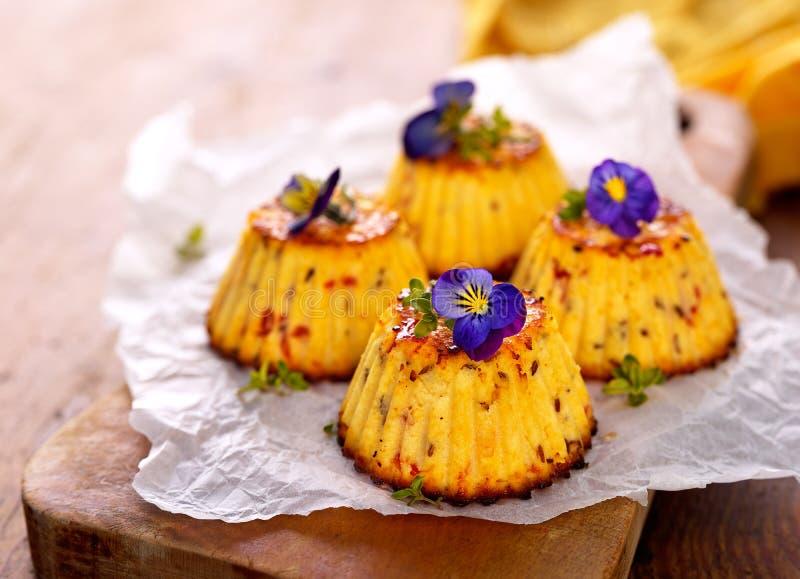 Mini torta di formaggio piccante con i fiori commestibili immagini stock libere da diritti