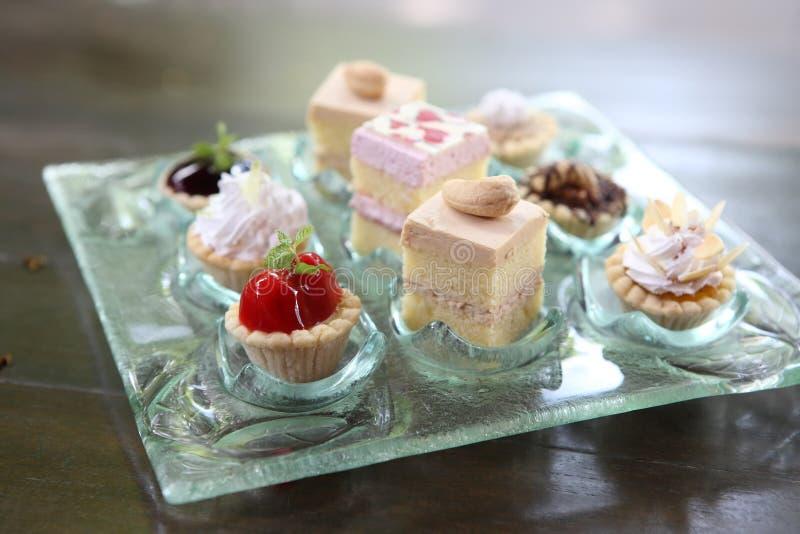 Mini torta en el primer del plato imagen de archivo libre de regalías