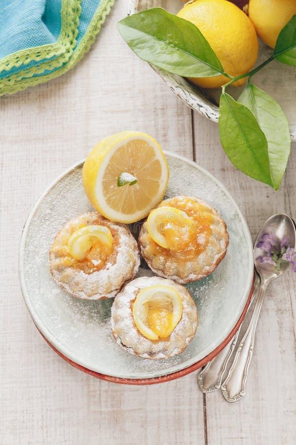 Mini tortas del bundt del limón foto de archivo