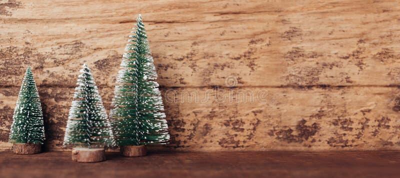 Mini- trä för julträd på H för lantlig trätabell och för mörk brunt arkivbilder