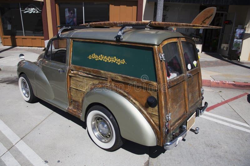 Mini- träig herrgårdsvagn med bränningbrädet, Ventura, Kalifornien, USA royaltyfri bild