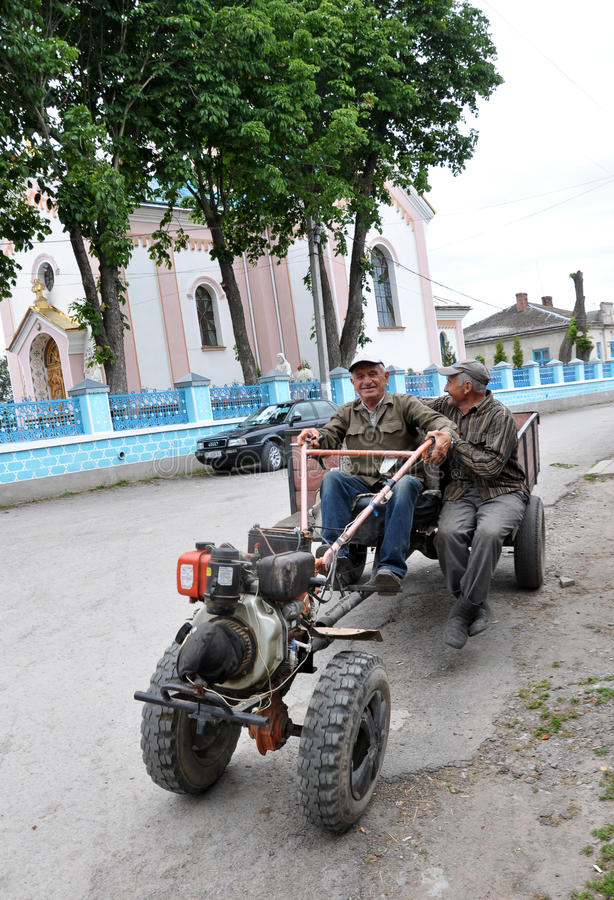 Mini-trattore in via del villaggio fotografia stock
