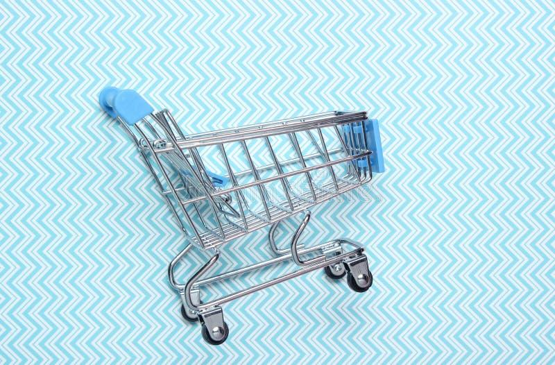 Mini trole de compra para comprar foto de stock